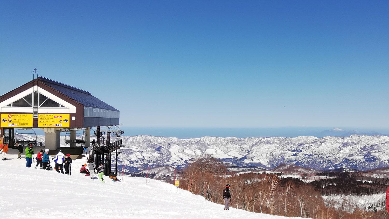 リフト降り場と遠くの雪山
